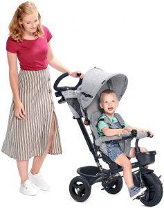 Mamma con passeggino triciclo