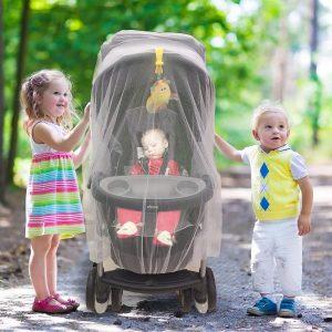 bambini con passeggino con zanzariera