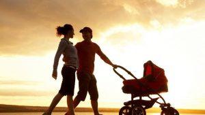 coppia con passeggino in spiaggia