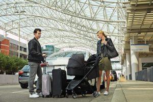 Famiglia con passeggino da viaggio