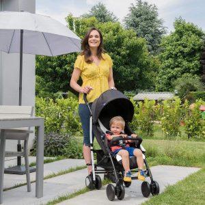 mamma con bambino passeggino chicco
