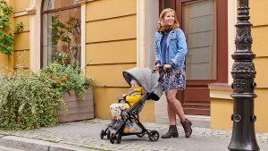Mamma con passeggino economico
